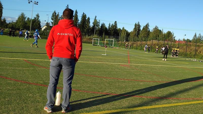 Juoksutekin valmentaja Paulo Lopes seuraa KeKi C-Tyttöjen peliä