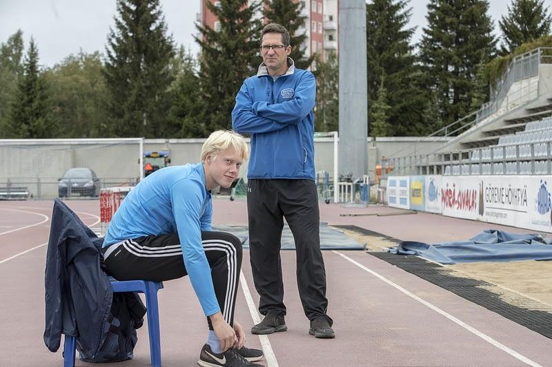 Valmentaja Harri Heikkilä ja kymmenottelija Joni Heikkinen